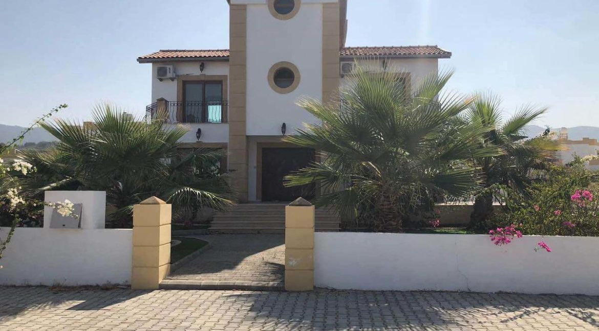 165m2 residence * DEED IN OWNER'S NAME * VAT PAID * private POOL * 600m2 private walled plot * 2 minutes to GOLF COURSE * Close to KORINEUM BEACH CLUB